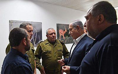 De droite à gauche, le ministre de la Défense Avigdor Liberman, le Premier ministre Benjamin Netanyahu, le chef d'état-major de l'armée israélienne Gadi Eisenkot, le secrétaire militaire du Premier ministre Brig. Le général Eliezer Toledano et le chef du Shin Bet Nadav Argaman s'exprimant lors d'une visite à la division de Gaza de l'armée de défense israélienne le 17 juillet 2018, lors d'une recrudescence de la violence dans la bande de Gaza. (Kobi Gideon / GPO)