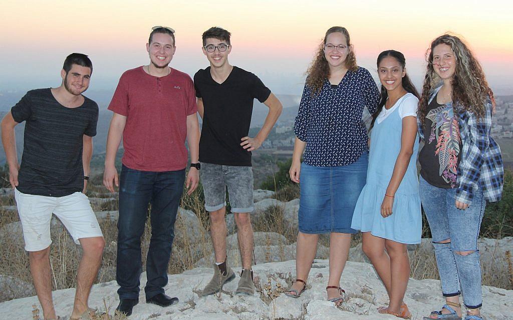 (de gauche à droite) Shahar Glick, Shaun Vetshtein, Noam Hasson, Ayala Englander, Shay Nahum et Ofri Sela dans l'implantation de Peduel en Cisjordanie le 18 juillet 2018. (Crédit : Jacob Magid/Times of Israel)