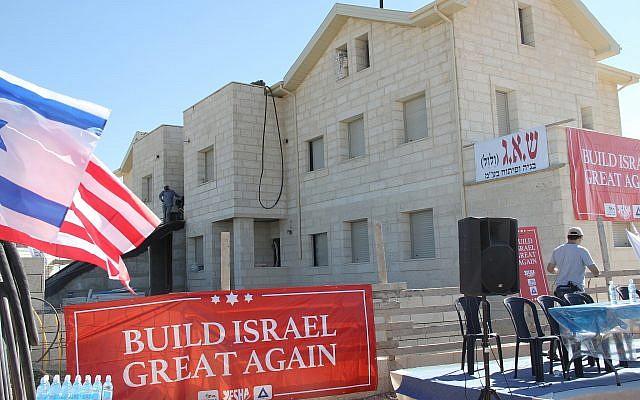 Le nouveau complexe de logement où le gouverneur de l'Arkansas Mike Huckabee a posé des briques dans l'implantation d'Efrat, en Cisjordanie, le 1er août 2018 (Crédit : Jacob Magid/Times of Israel)