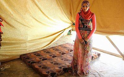 Fadia Ammar Al Mohamad, qui n'avait pas rencontré son mari jusqu'au jour de leur mariage, à côté du matelas sur lequel ils dorment dans leur tente (Crédit : Lisa Khoury/ Times of Israel)