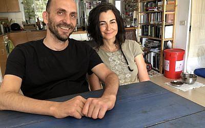"""Hai Cohen (à gauche) et Tali Wertheim, partenaires dans """"Power of Balance"""" de la troupe Vertigo, un programme de formation en danse intégrée (Crédit : Jessica Steinberg/Times of Israel)"""