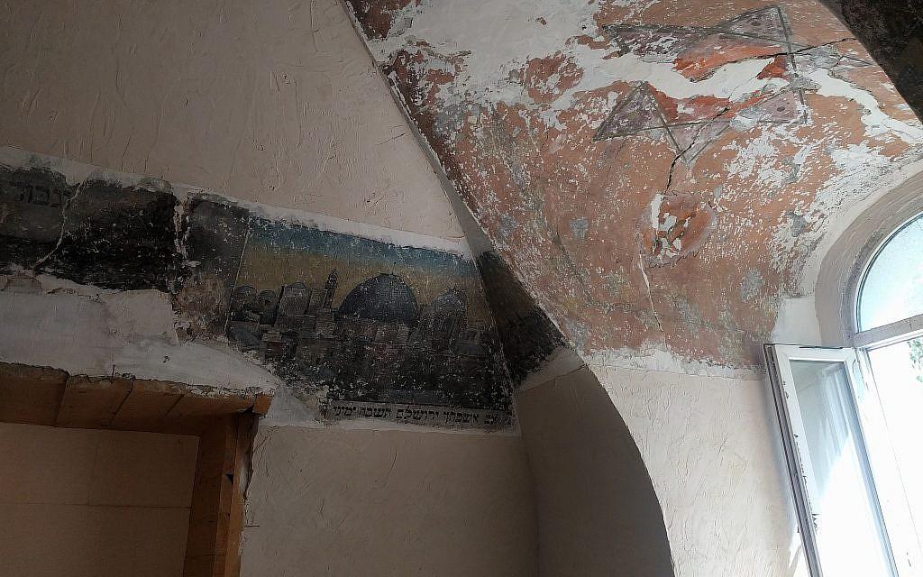 Une fresque conservée au plafond d'une synagogue devenue atelier d'ébénisterie à Chernivtsi, en Ukraine. (Crédit : Yaakov Schwartz/ Times of Israel)