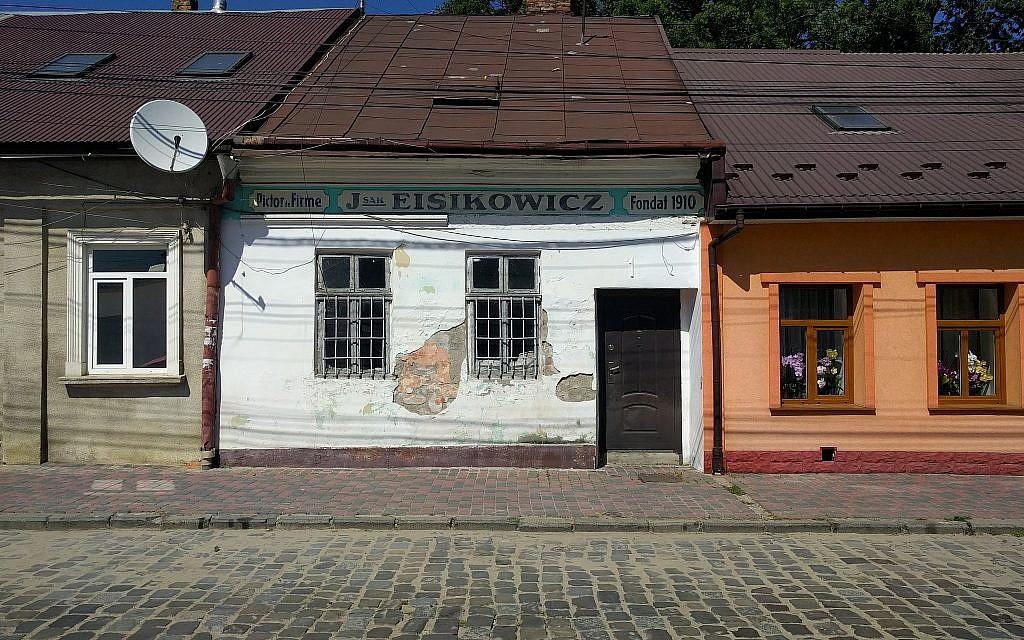 L'échoppe d'un peintre juif Jsak Eisikowicz à Chernivtsi, en Ukraine. (Crédit : Yaakov Schwartz/ Times of Israel)