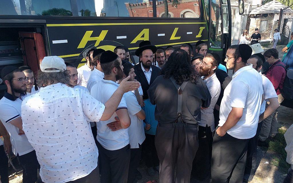 Un groupe d'étudiants hassidiques visitent la synagogue et la tombe du rabbin Avrohom Yaakov Friedman, fondateur de la dynastie de Sadigurer, dans l'ancienne ville de Sadigura, actuelle Chernivtsi, en Ukraine, le 9 août 2018. (Crédit : Yaakov Schwartz/ Times of Israel)