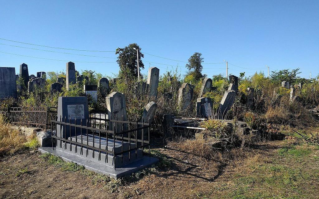 Un cimetière juif à Chernivtsi, en Ukraine. (Crédit : Yaakov Schwartz/ Times of Israel)