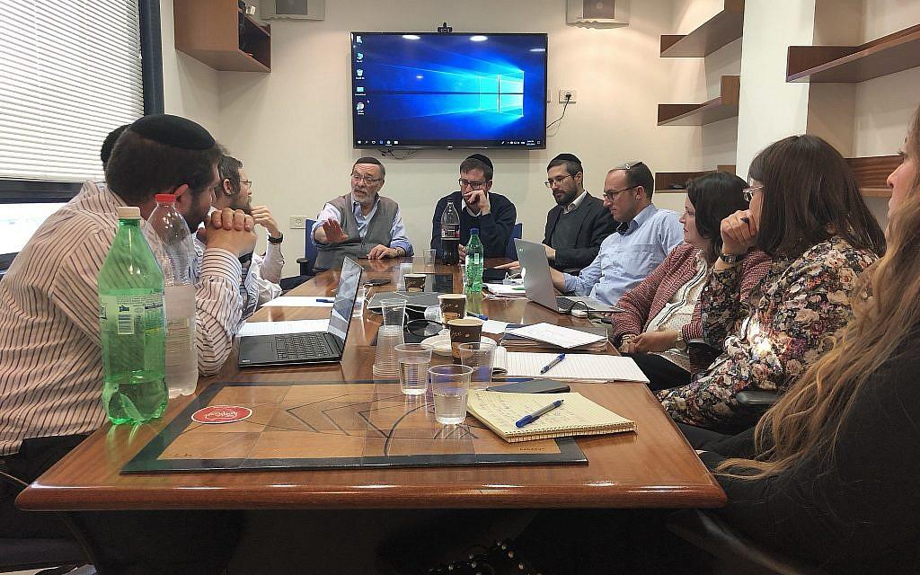 Mendy Klein, pendant un meeting de l'équipe de Amudim. (Crédit : Amudim)
