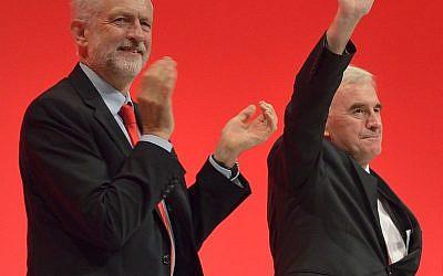 John McDonnell après avoir prononcé un discours à la conférence du parti travailliste de 2016, aux côtés du dirigeant travailliste Jeremy Corbyn (Crédit : Rwendland/CC BY-SA 4.0)