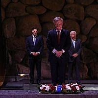 Le conseiller américain à la sécurité nationale participe à une cérémonie de commémoration dans la salle des souvenirs au musée de la Shoah de Yad Vashem, le 21 août 2018 (Crédit : Noam Revkin Fenton/Yad Vashem)