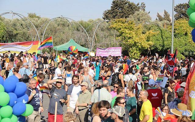 Les participants se rassemblent pour le défilé annuel de la gay pride à Jérusalem, le 2 août 2018. (Crédit : Jacob Magid/Times of Israel)