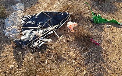 Un cerf-volant chargé de combustibles qui s'est posé dans un vignoble israélien en Cisjordanie, le 6 août 2018 (Crédit : Entreprise viticole de Tura)