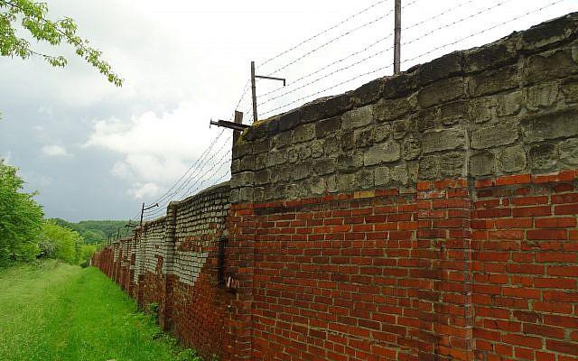 Un mur dans le site du camp de Janowska, Lviv, Ukraine (Wikimedia Commons, CC-BY-SA Adam Jones)