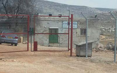 L'institut Mishpetei Eretz à proximité de l'implantation d'Ofra, en Cisjordanie (Crédit : Kerem Navot)