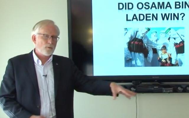 Le professeur David Crane donne une conférence en octobre 2017,  l'université de  Syracuse (Crédit : capture d'écran YouTube)