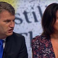 Mark Lewis (à gauche) et son associée Mandy Blumenthal durant une interview à la BBC. (Crédit : capture d'écran YouTube)