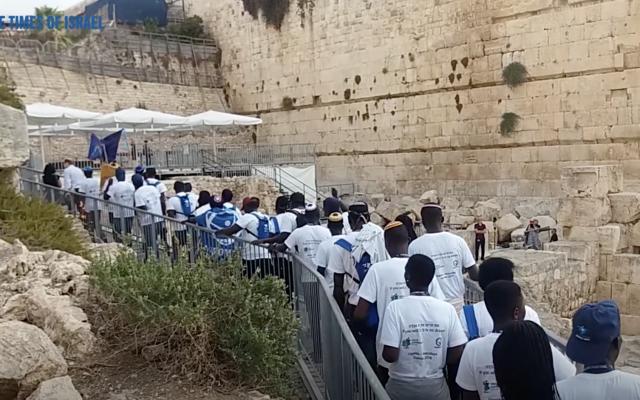 Les jeunes Abayudayas lors d'un voyage de Birthright en Israël vont au Mur occidental (Capture d'écran)