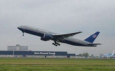 Photo d'illustration : Un boeing 777 United Airlines au décollage, le 16 octobre 2004 (Crédit : Wikipedia/Solitude/CC BY-SA 2.0)