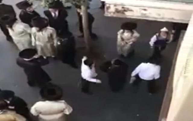 Des manifestants ultra-orthodoxes devant le restaurant Barood à Jérusalem, en août 2018. (Crédit : Dixième chaîne)
