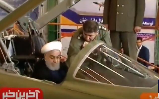 """Le président Hassan Rouhani dans le cockpit du """"Kowsar"""", le premier avion de combat de fabrication iranienne, le 21 août 2018. (Crédit : capture d'écran PressTV)"""