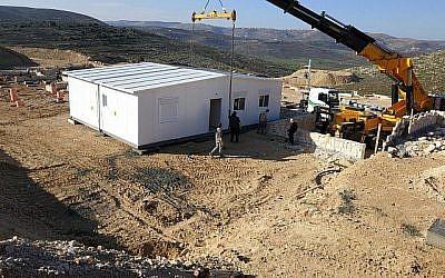 La première caravane est placée sur le terrain de la nouvelle implantation Amichai pour les évacués de l'avant-poste illégal d'Amona le 21 février 2018. (Courtoisie : les évacués d'Amona)