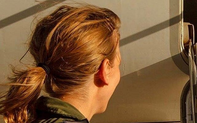 """Une photo non-datée du Major """"G"""" devenue la toute première pilote à commander une escadron de vol de l'armée israélienne, le 7 août 2018 (Crédit : Armée israélienne)"""