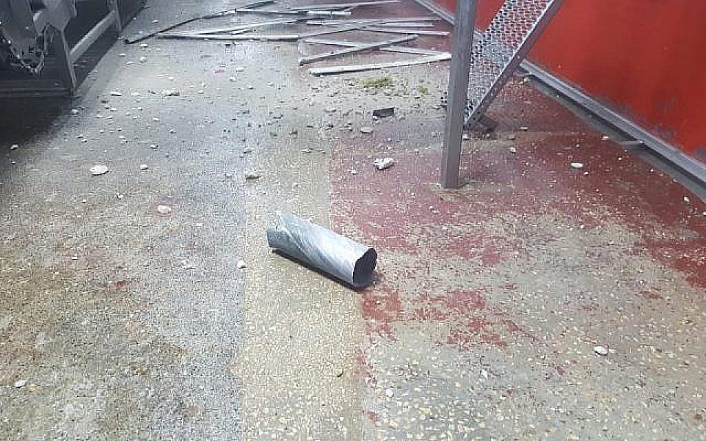 Une roquette tirée de la bande de Gaza qui a frappé une usine dans la région de Shaar Hanegev, dans le sud d'Israël, le 8 août 2018. (Police israélienne)
