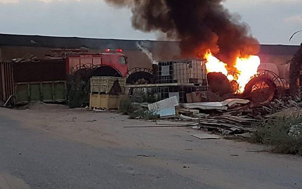 Un projectile de la bande de Gaza a frappé une maison dans la région d'Eshkol, dans le sud d'Israël, blessant deux personnes, le 9 août 2018. (Crédit : forces de sécurité dans le conseil d'Eshkol)