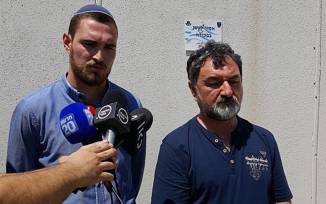 Vladimir Lubarsky (R) et Arik Lubarsky s'adressent à des journalistes devant le tribunal militaire d'Ofer en Cisjordanie le 15 août 2018. (Forum Choisir la vie)