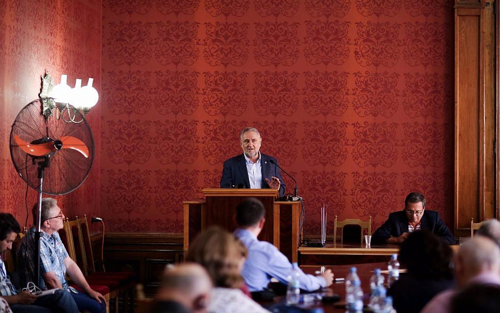 Le président du Congrès juif mondial Robert Singer à la Conférence commémorative internationale de la langue et de la culture juive, à Chernivtsi, en Ukraine, le 10 août 2018. (Crédit: Congrès juif mondial)