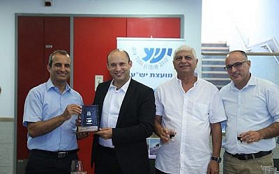 De gauche à droite : le président du conseil de Yesha Hananel Dorani, le ministre de l'Education Naftali Bennett, le maire de Maalé Adumim Benny Kashriel et le directeur général de Yesha Yigal Dilmoni. (Crédit : Conseil de Yesha)