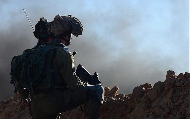 Des soldats israéliens positionnés en défense à proximité de la frontière avec Gaza au cours d'une manifestation violente palestinienne, le 27 juillet 2018 (Crédit : Armée israélienne)