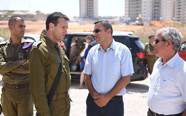 Le chef du commandement sud de l'armée israélienne le général de division Herzl Halevi, au centre-gauche, s'entretient avec le maire de Sderot, Alon Davidi, au centre-droite, lors d'une visite dans la ville du sud, qui a été frappée à plusieurs reprises par des tirs de roquettes depuis la bande de Gaza le 9 août 2018. (Armée israélienne)
