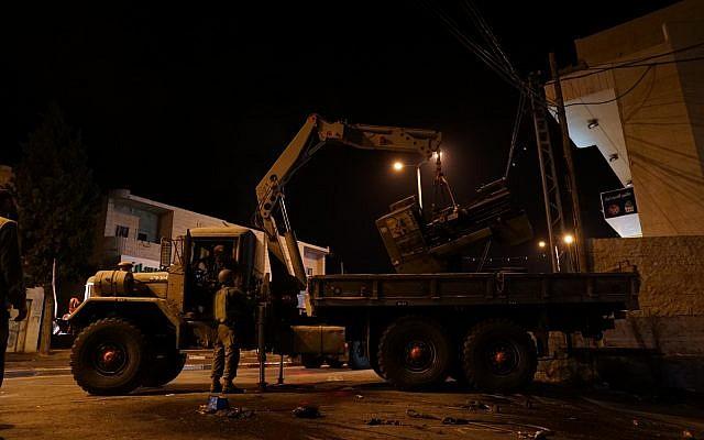 Des soldats israéliens confisquent des machines d'un atelier de fabrication d'armes à feu dans le village de Yatta, dans le sud de la Cisjordanie, le 14 août 2018. (Forces de défense israéliennes)