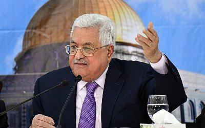 Le président de l'Autorité palestinienne Mahmoud Abbas prononce un discours le 15 août 2018. (Crédit : WAFA)