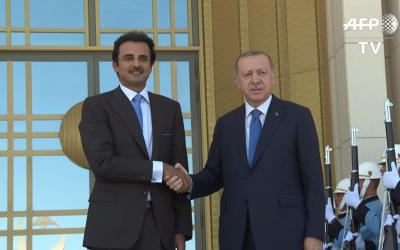 L'émir du Qatar Cheikh Tamim ben Hamad Al-Thani rencontre son allié le président Recep Tayyip Erdogan,a à Ankara, le 15 août 2018. (Crédit : capture d'écran Youtube/AFP)