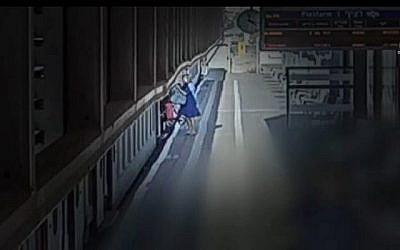 Ortal Yaakov lutte pour faire monter sa poussette dans le train à la gare de Hadera. (Capture d'écran : Canal 10)