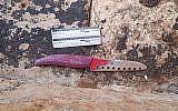 Le couteau utilisé lors d'une tentative d'attaque au couteau contre un policier dans la Vieille Ville de Jérusalem, le 17 août 2018. (Crédit : police israélienne)