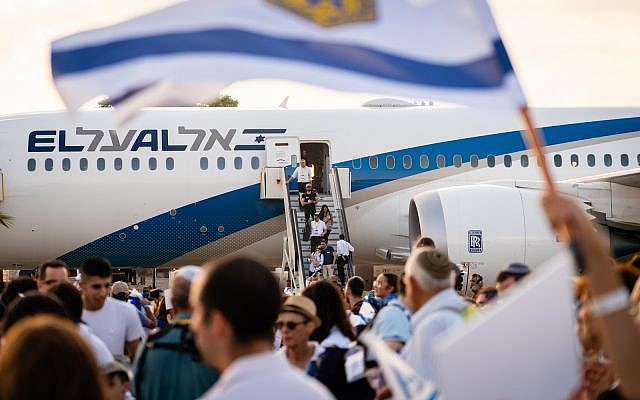 De nouveaux immigants arrivent en Israël à bord d'un vol d'alyah, le 15 août 2015. (Crédit : Luke Tress/Times of Israel)