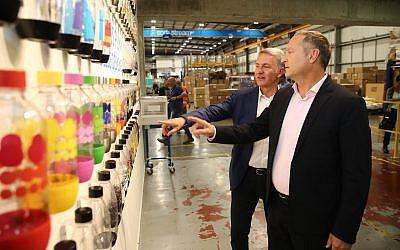 Le PDG de Sodastream Daniel Birnbaum (à droite) et le PDG de PepsiCo Ramon Laguarta dans l'usine SodaStream, dans le Néguev, le 20 août 2018. (Crédit : Eliran Avital)