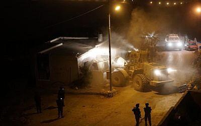 L'armée israélienne démolit la maison du terroriste palestinien Muhammad Yousef dans le village de Kobar en Cisjordanie, le 28 août 2018. (Crédit : armée israélienne)