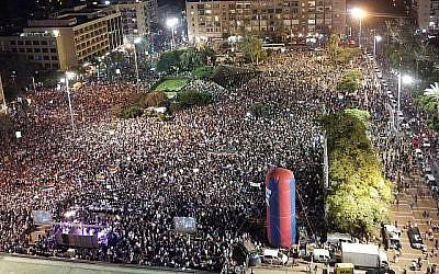 Des dizaines de milliers de personnes participent à  un rassemblement à Tel Aviv contre la loi sur l'Etat-nation organisé par les druzes, le 4 août 2018 (Crédit: Adam Rasgon/ Times of Israel staff)