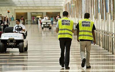 Illustration : Des agents de la sécurité dans le hall de départ de l'aéroport international Ben Gurion le 23 juillet 2013. (Moshe Shai/FLASH90)