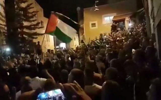 Des centaines de personnes lors des funérailles  d'Ahmed Muhammad Mahameed à Umm al-Fahm, le 21 août 2018 (Capture d'écran :   Hadashot)