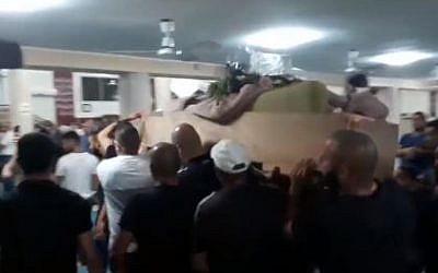 Des centaines de personnes aux funérailles d'Ahmed Muhammad Mahameed à Umm al-Fahm, le 21 août 2018 (Capture d'écran : Ynet)