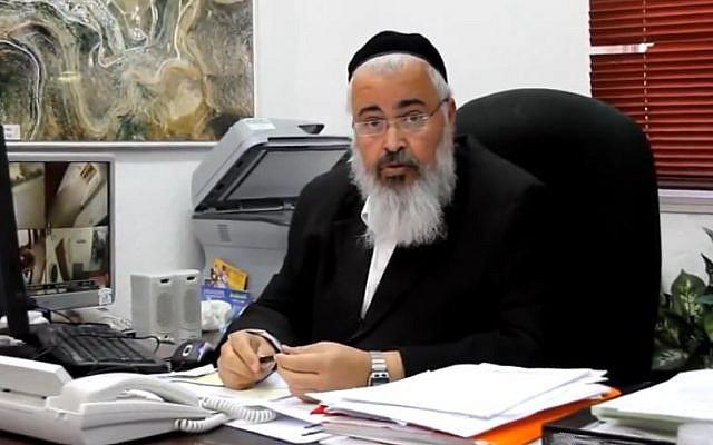 Le maire de l'implantation d'Emmanuel Ezra Gershi, dans son bureau, le 11 décembre 2011. (Crédit capture d'écran YouTube)