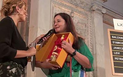 Helena Janeczek, récipiendaire du prix littéraire Strega, pour son livre sur la photo-reporter Gerda Capa (Crédit: capture d'écran Youtube/La Repubblica)