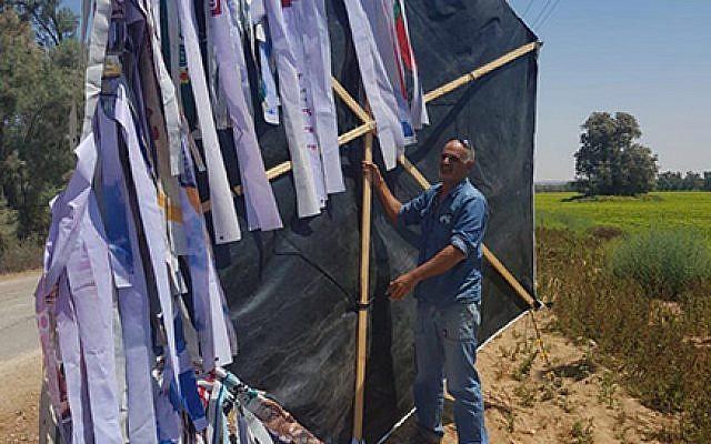 Un grand cerf-volant incendiaire lancé de Gaza, retiré des lignes électriques près du kibboutz Sufa, 11 août 2018. Photo : Israel Electric Corporation