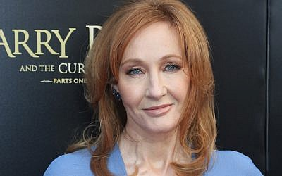 J.K. Rowling poses, à Broadway, le 22 août 2018 à New York City.  (Crédit : Bruce Glikas/FilmMagic via JTA)
