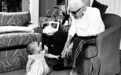 Kirk Douglas avec son arrière-petite-fille, Lua Izzy, sur une photo publiée en août 2018. (Cameron Douglas / Instagram via JTA)