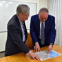Le ministre de la Défense Avigdor Liberman rencontre le conseiller américain à la sécurité nationale John Bolton, à gauche, à Jérusalem, le 20 août 2018 (Crédit : Ariel Hermoni/ministère de la Défense)