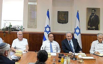 Le Premier ministre Benjamin Netanyahu préside une réunion pour s'attaquer aux inquiétudes des Duzes suite à la loi sur l'Etat-nation, le 6 août 2018 (Crédit : Amos Ben-Gershom, GPO)